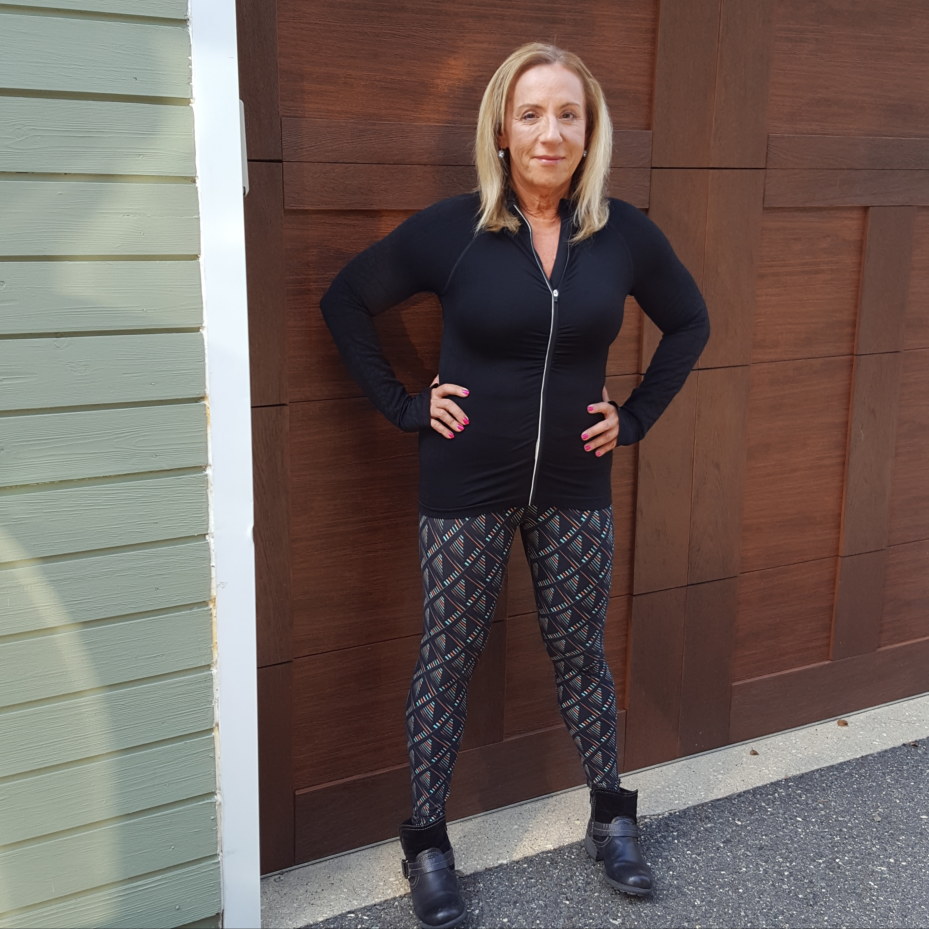 follow-phyllis-how-women-over-50-can-wear-leggings-printed