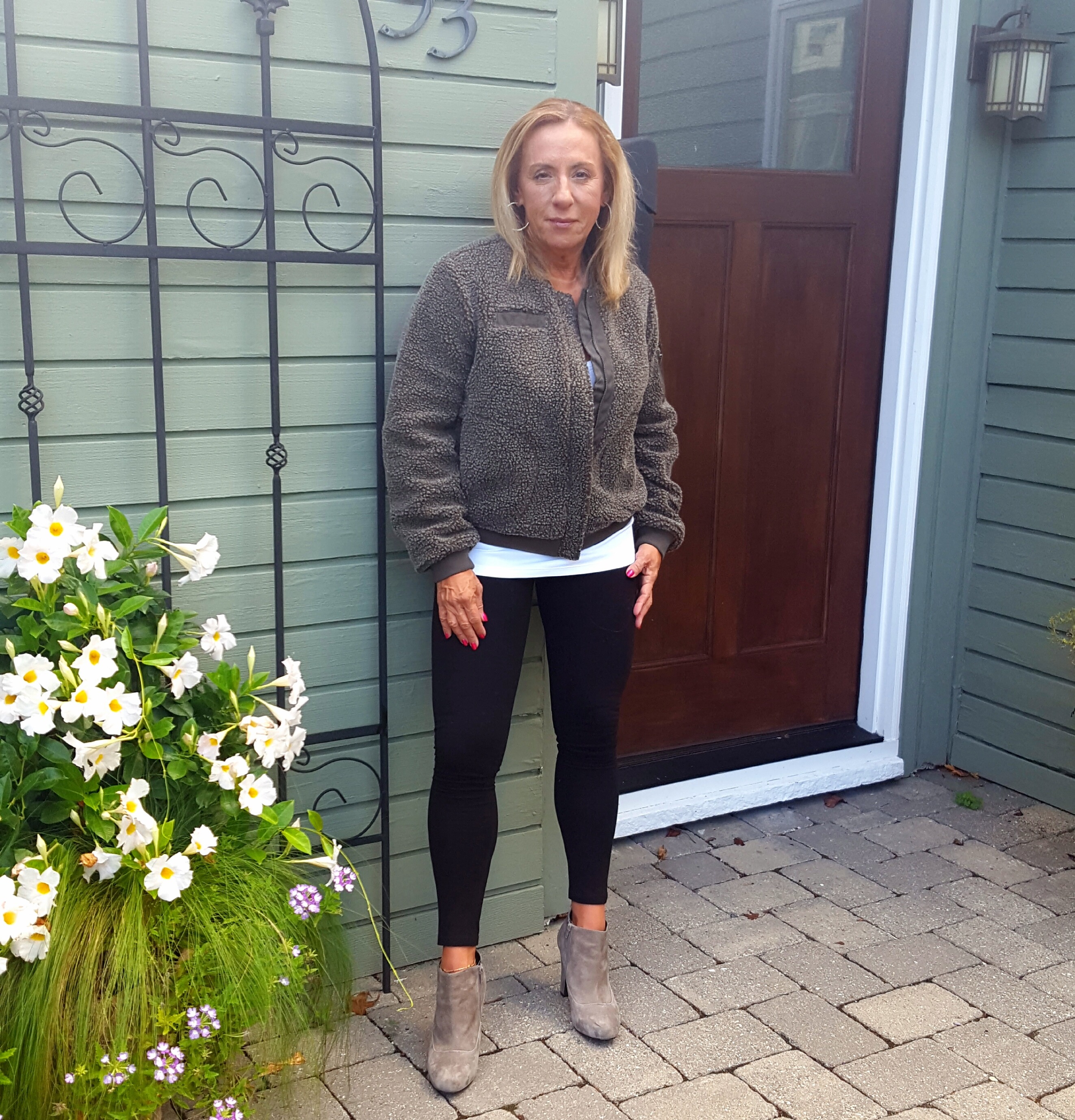 follow-phyllis-this-is-how-women-over-50-can-wear-leggings-grey-jacket