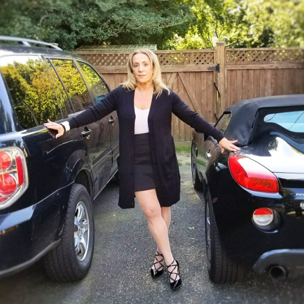 3 FALL FASHION LOOKS - black sweater between cars - followPhyllis